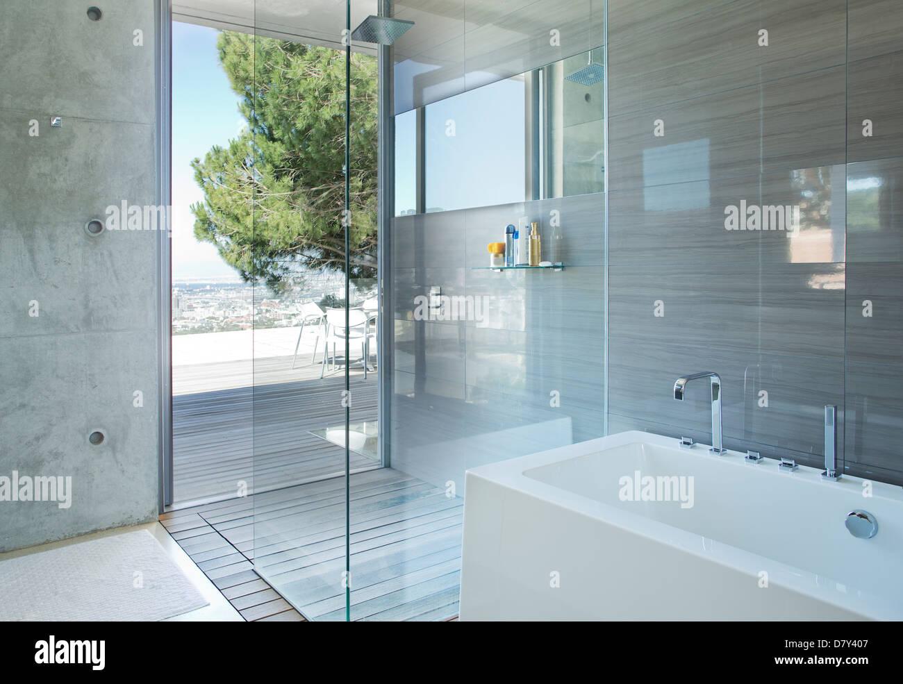 Dusche und Badewanne im modernen Badezimmer Stockfoto, Bild ...