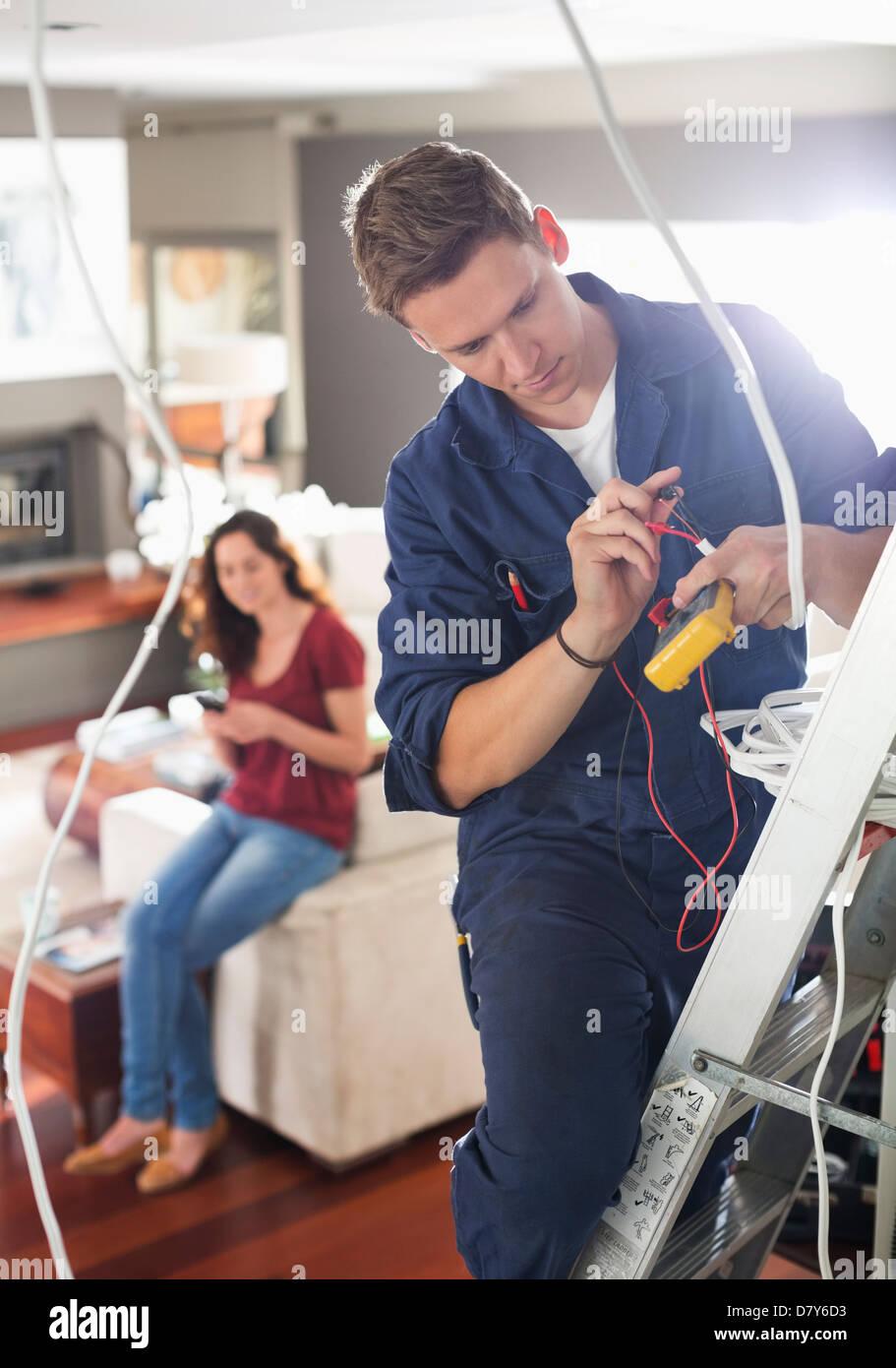 Elektriker arbeiten in Haus Stockbild