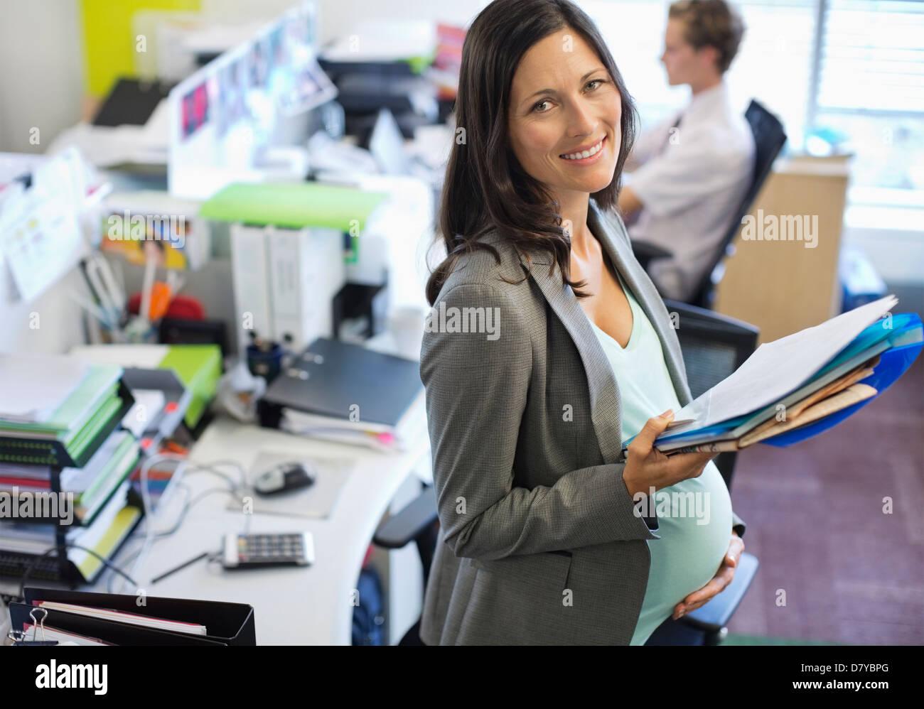 Schwanger Geschaftsfrau Die Im Buro Arbeiten Stockfoto Bild