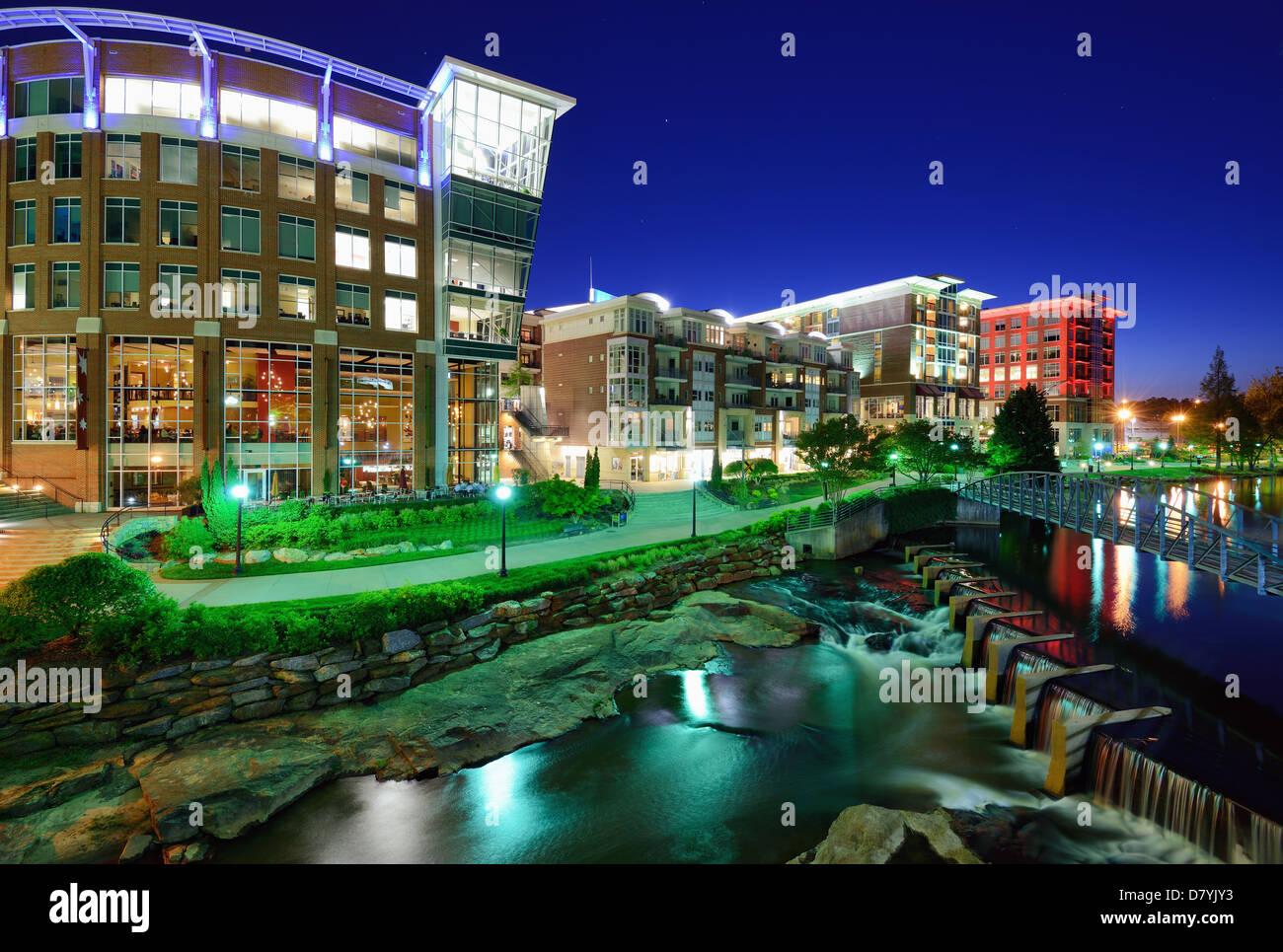 Greenville, South Carolina in Falls Park in der Innenstadt in der Nacht. Stockbild