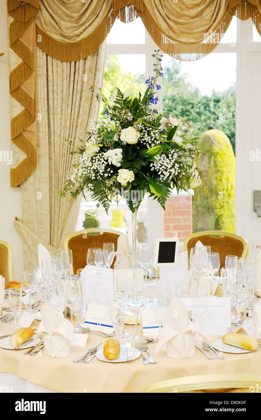 Anordnung Der Bluten Mit Weissen Rosen Schmucken Hochzeitsfeier