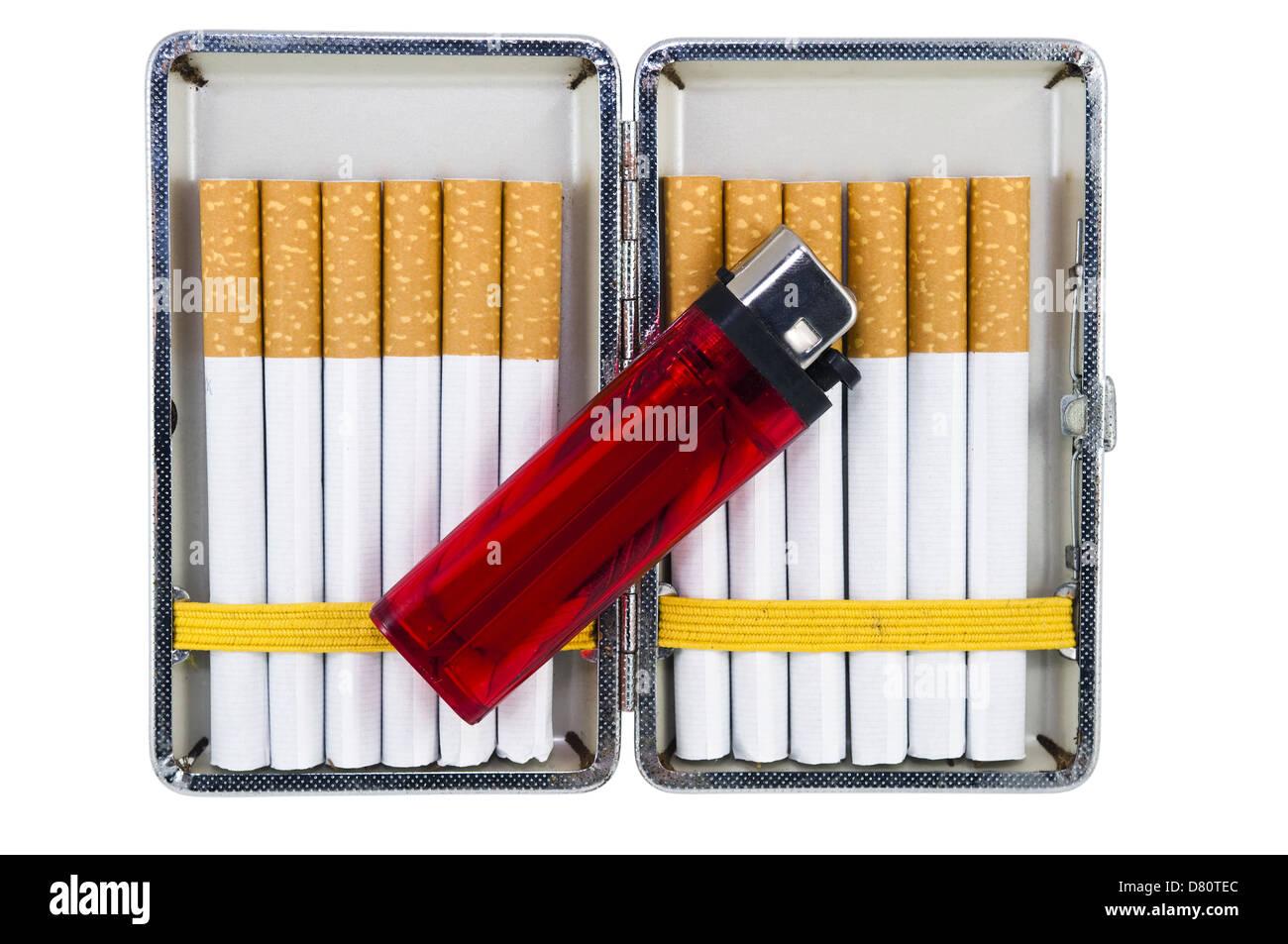 zigaretten etui mit zigaretten und feuerzeug isoliert auf wei em hintergrund stockfoto bild. Black Bedroom Furniture Sets. Home Design Ideas