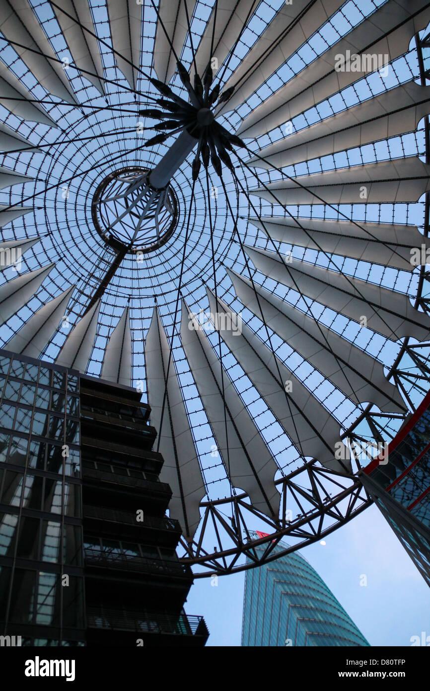 Die modernen Kuppel des Sony-Centers, Blick von innen, entworfen von ...