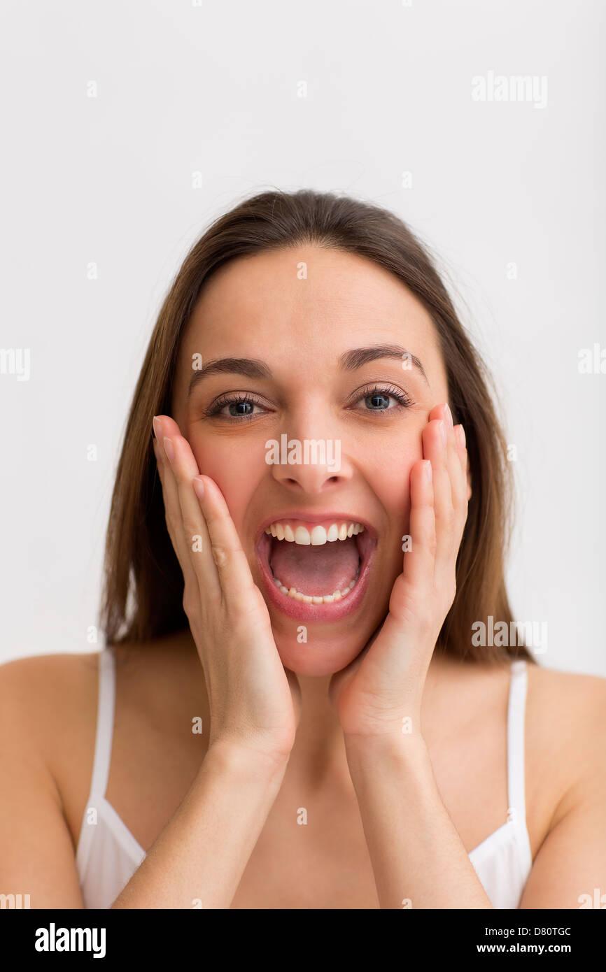 Porträt eines jungen schönen Mädchens schreien laut Stockbild