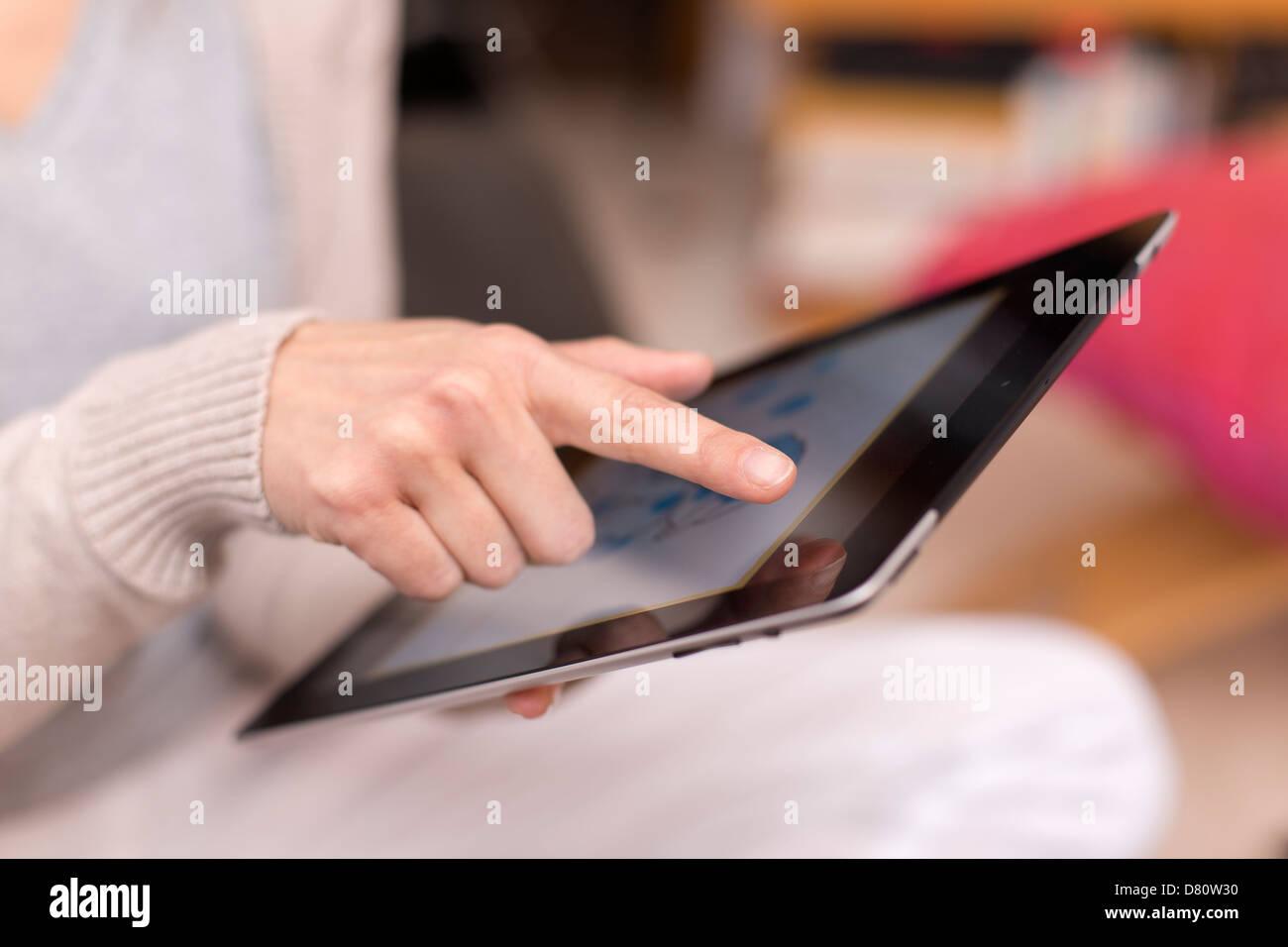 Weibchen mit digital-Tablette, Nahaufnahme Stockbild