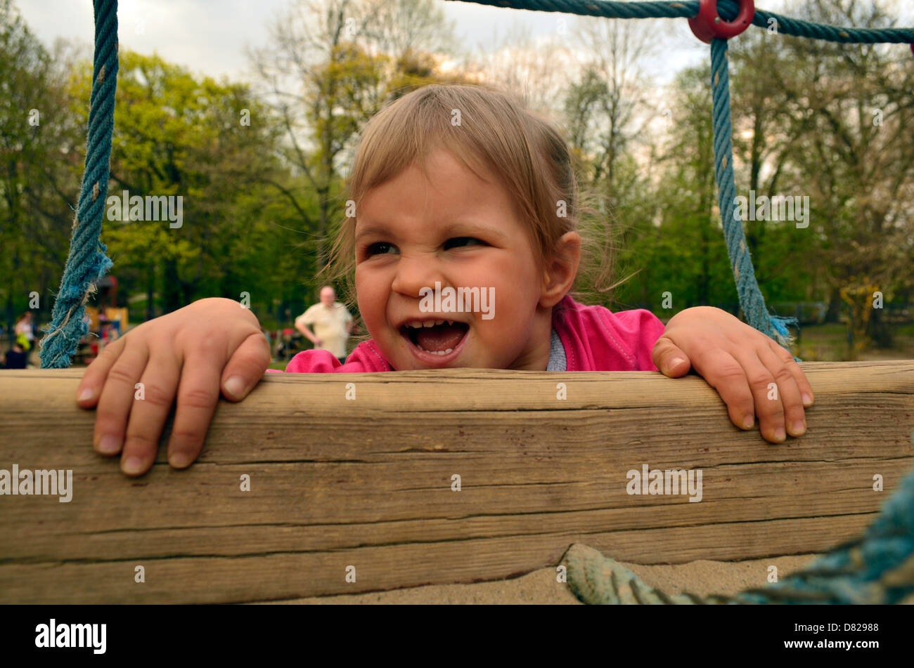 Klettergerüst Für 2 Jährige : Jahre altes mädchen klettern auf klettergerüst am spielplatz