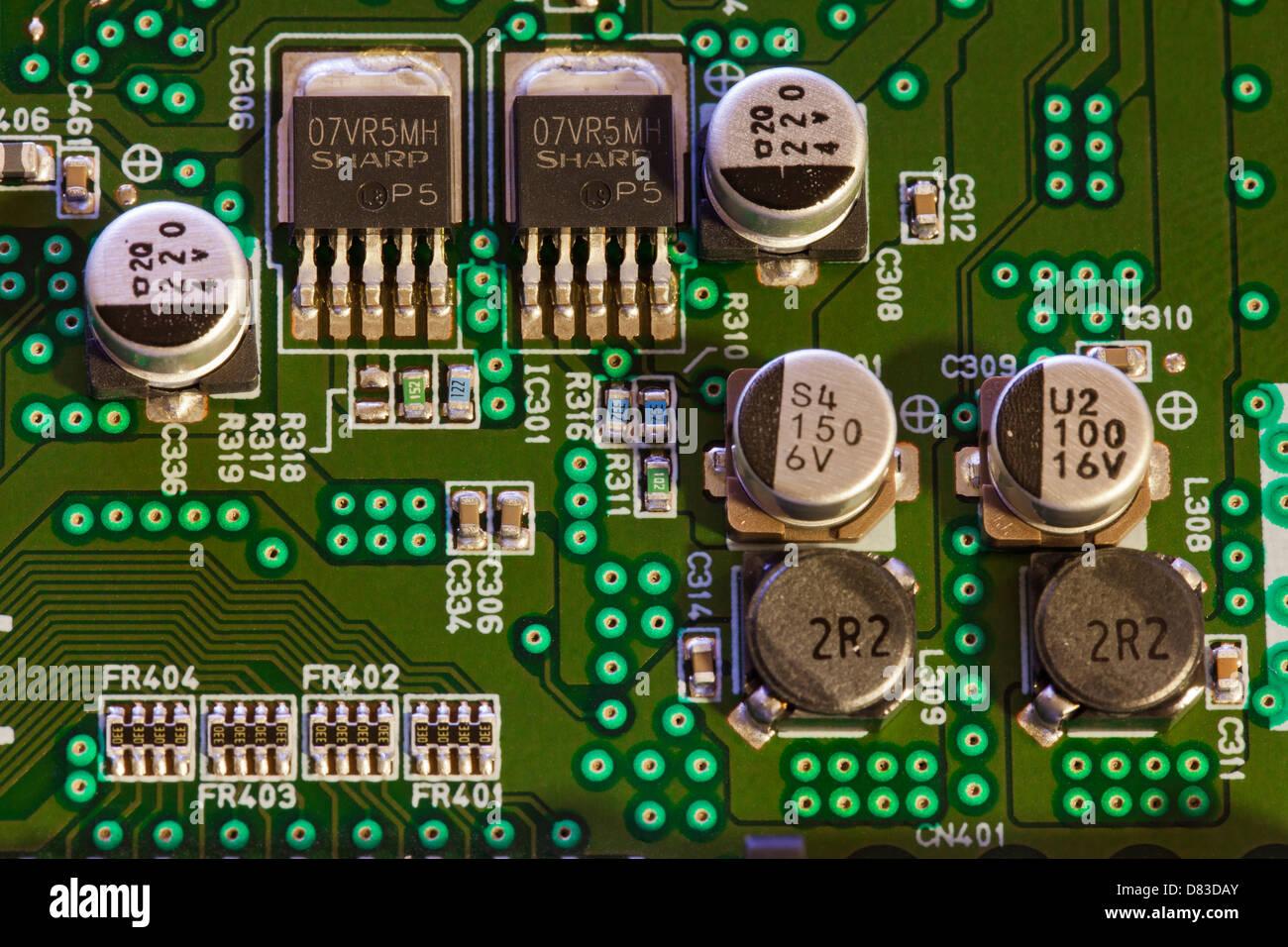 Kondensatoren und Transistoren auf Platine Stockbild