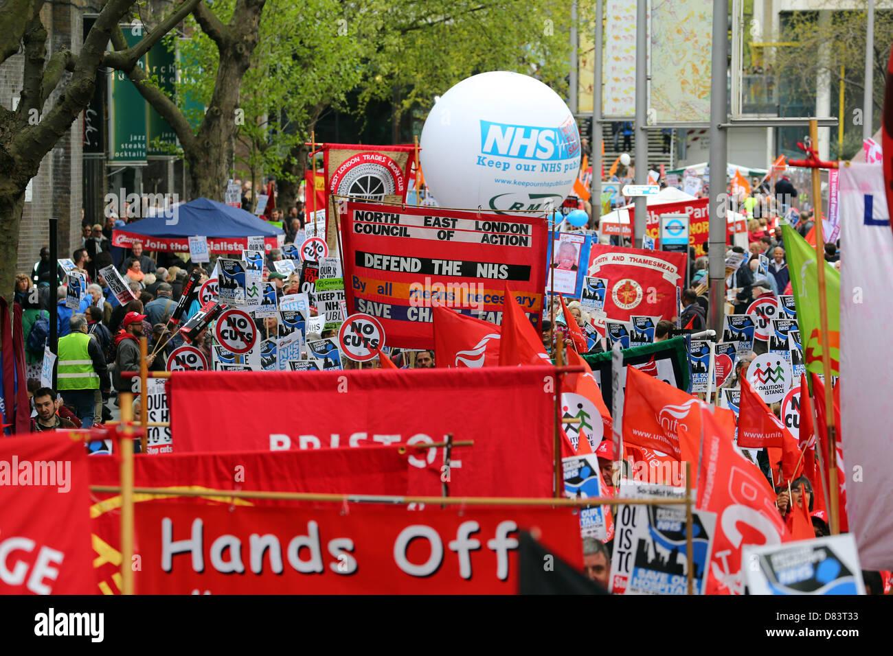 London, UK. 18. Mai 2013. Kredit-Demonstranten Unterstützung des National Health Service gegen Kürzungen Stockbild