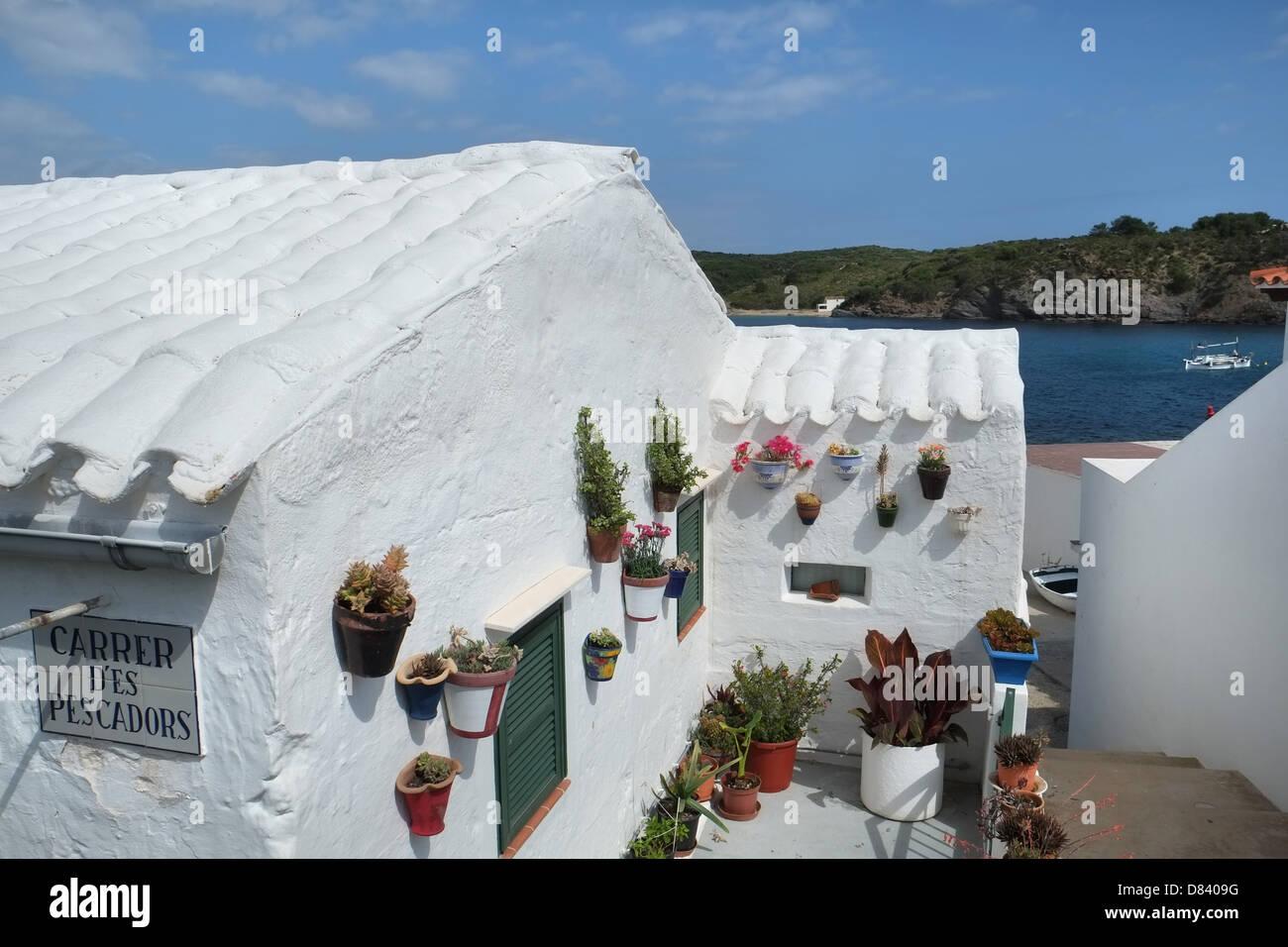 Weiss Getunchten Hauschen Mit Flachdachziegel Dach Und Blumentopfe