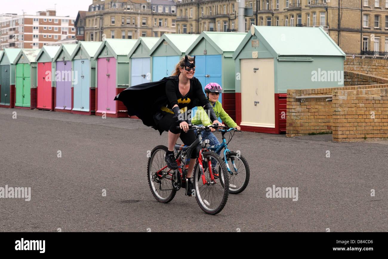 Hove, Sussex UK. 19. Mai 2013. Ein Läufer ankommt, wie Hunderte von Menschen, darunter Kinder heute an der jährlichen Stockfoto