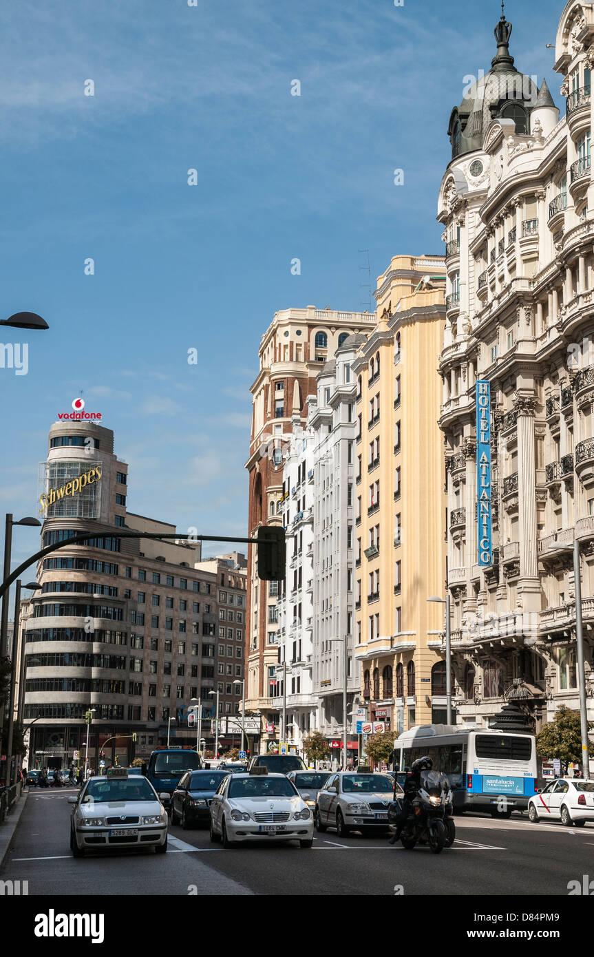 Die Gran Via, mit AAS Gebäude (links) und das Hotel Atlantico (rechts) Madrid, Spanien Stockbild