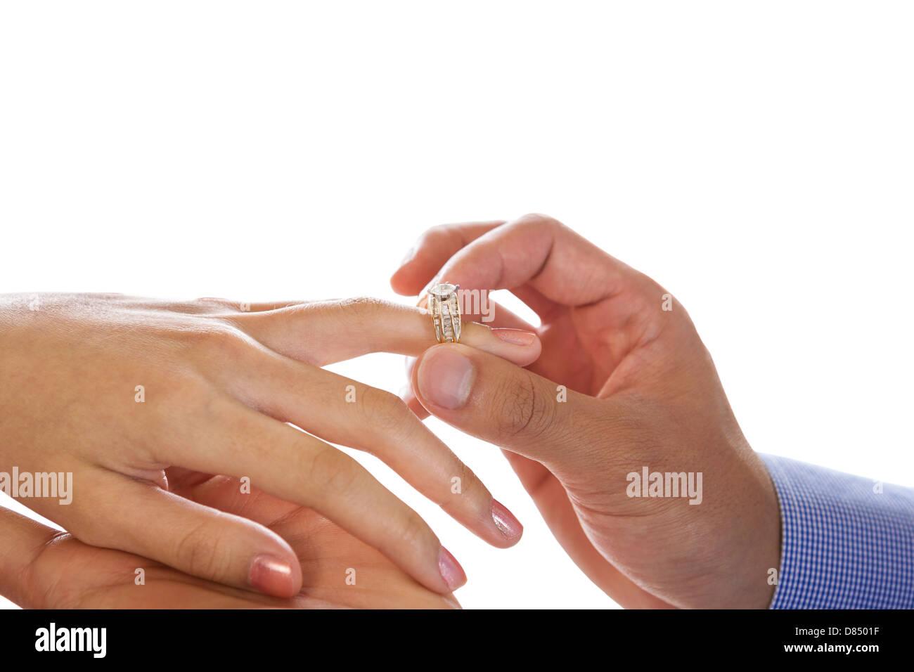 Horizontale Foto Mit Fokus Auf Mannliche Hand Setzen Verlobungsring