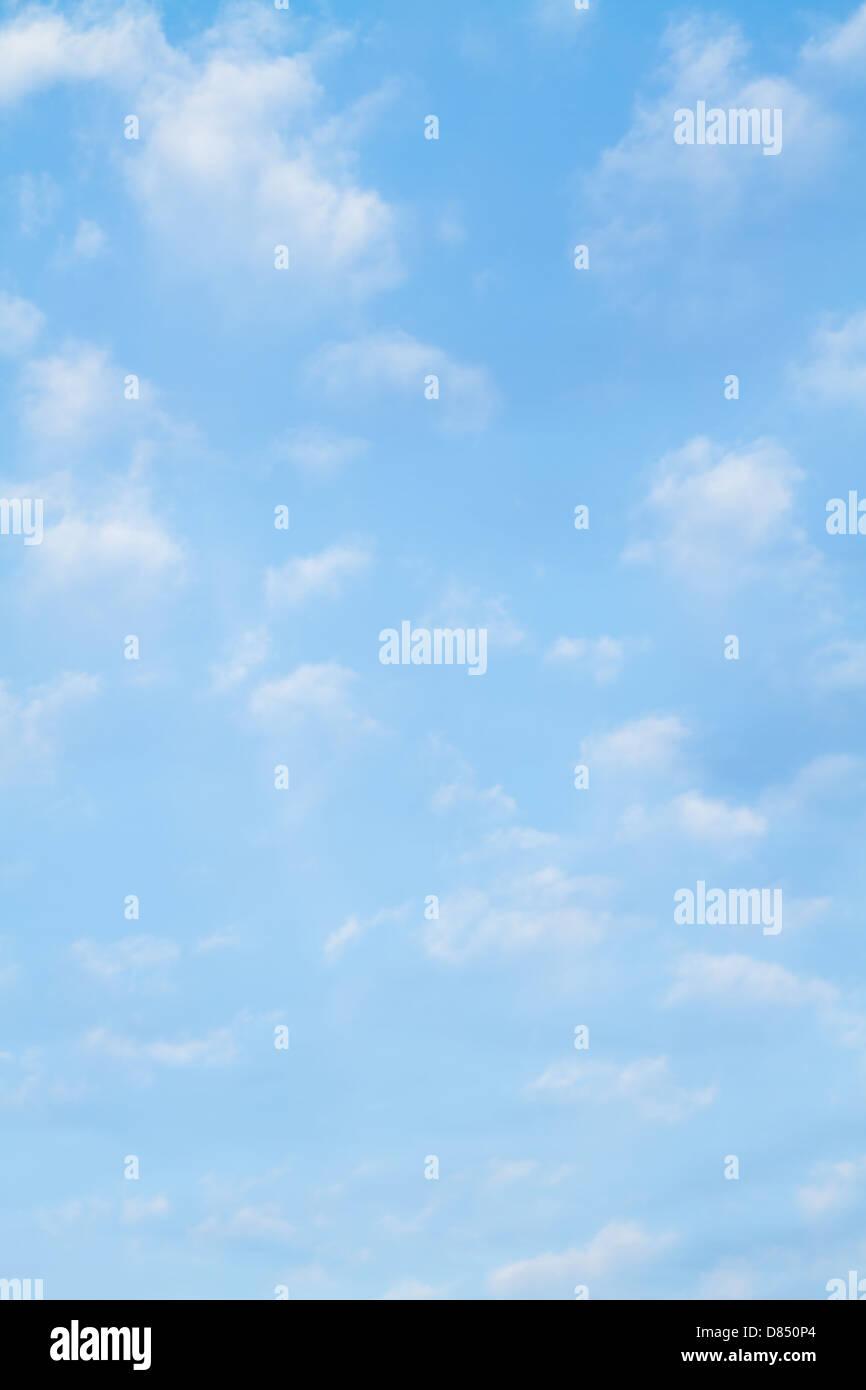 Geschwollene weißen Wolken vor einem perfekten blauen Himmel. Stockbild