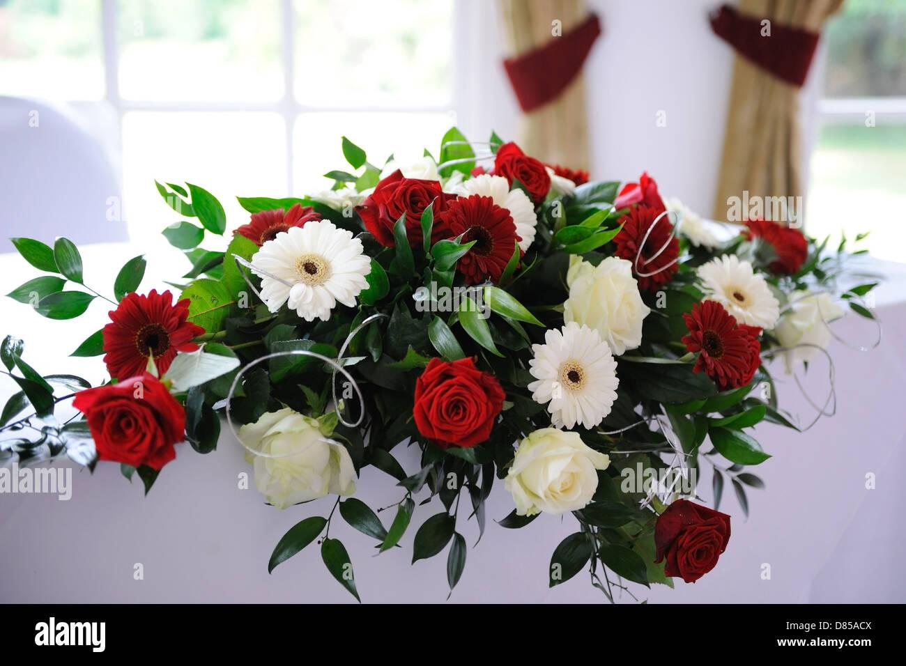 Rote Rosen Schmucken Tisch Bei Hochzeit Stockfoto Bild 56666314