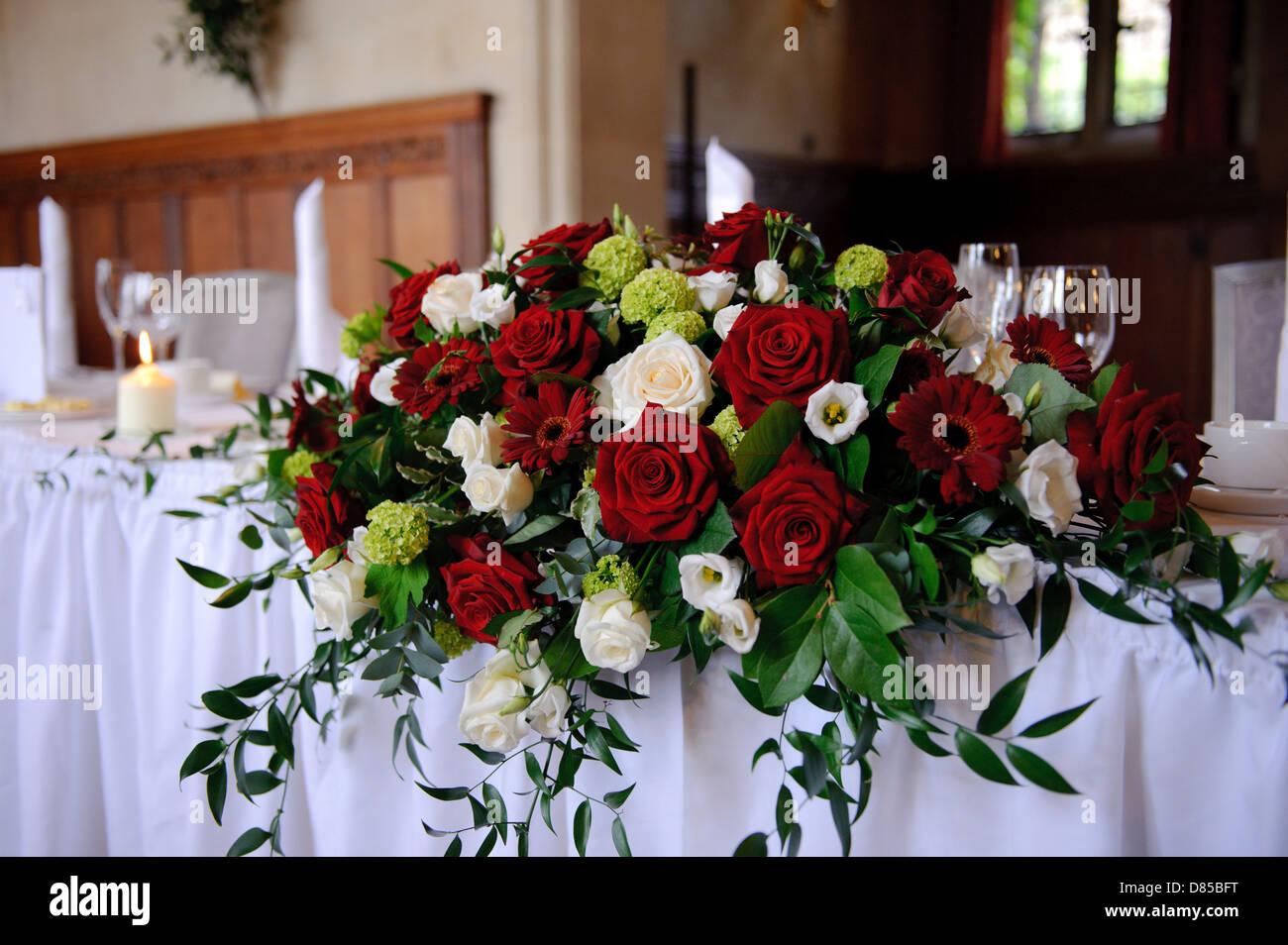 Rote Rosen Schmucken Kopftabelle Bei Einer Hochzeit Stockfoto Bild