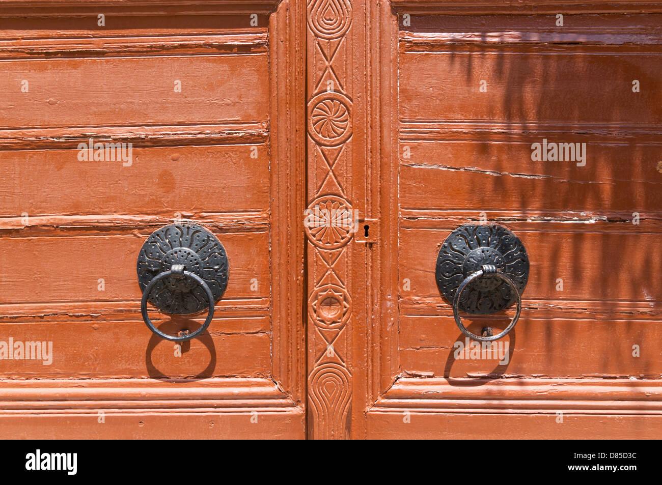 Detailansicht einer doppelten Holztür mit eisernen Tür Knöpfe, Rethymno, Kreta Stockbild