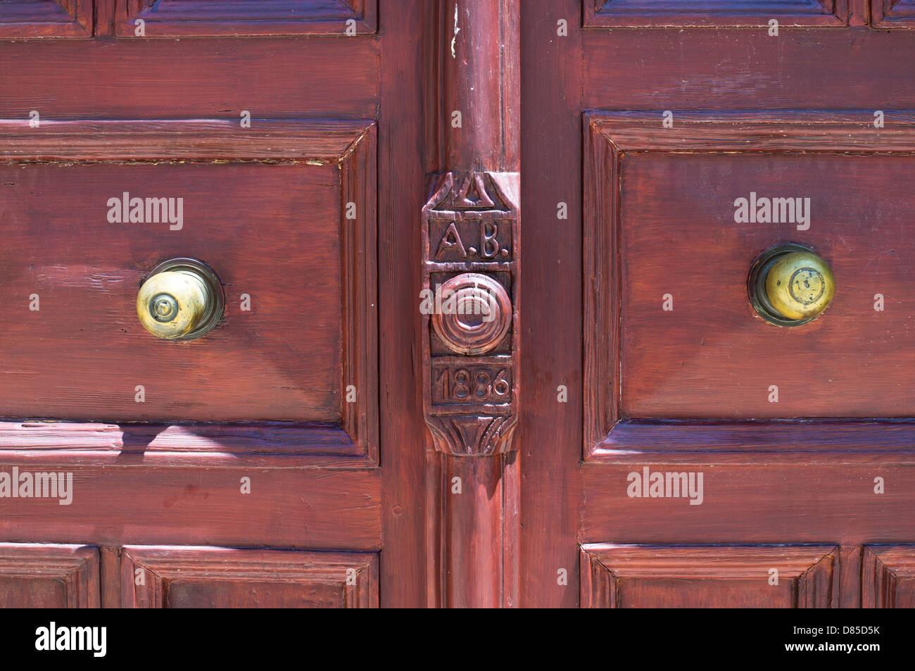 Detailansicht einer doppelten Holztür mit Messing Tür Knöpfe, Rethymno, Kreta Stockbild