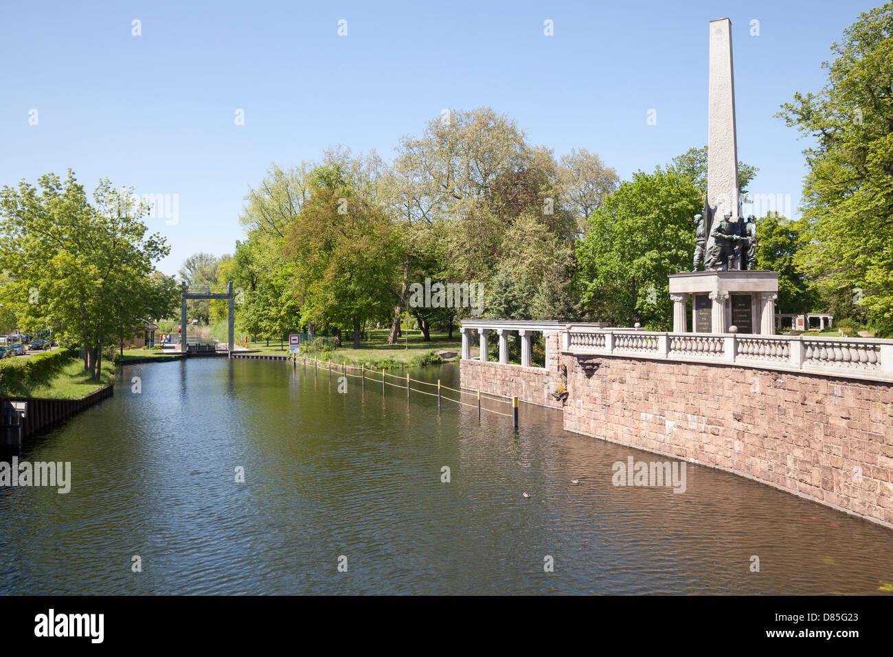 Stadt-Kanal und sowjetischen Ehrenmal, Brandenburg ein der Havel, Deutschland Stockbild