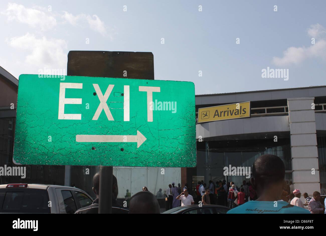 Direktional Ausgang signage an der Ankunftshalle des Murtala Muhammed Domestic Terminal 1, Ikeja, Lagos. Stockbild