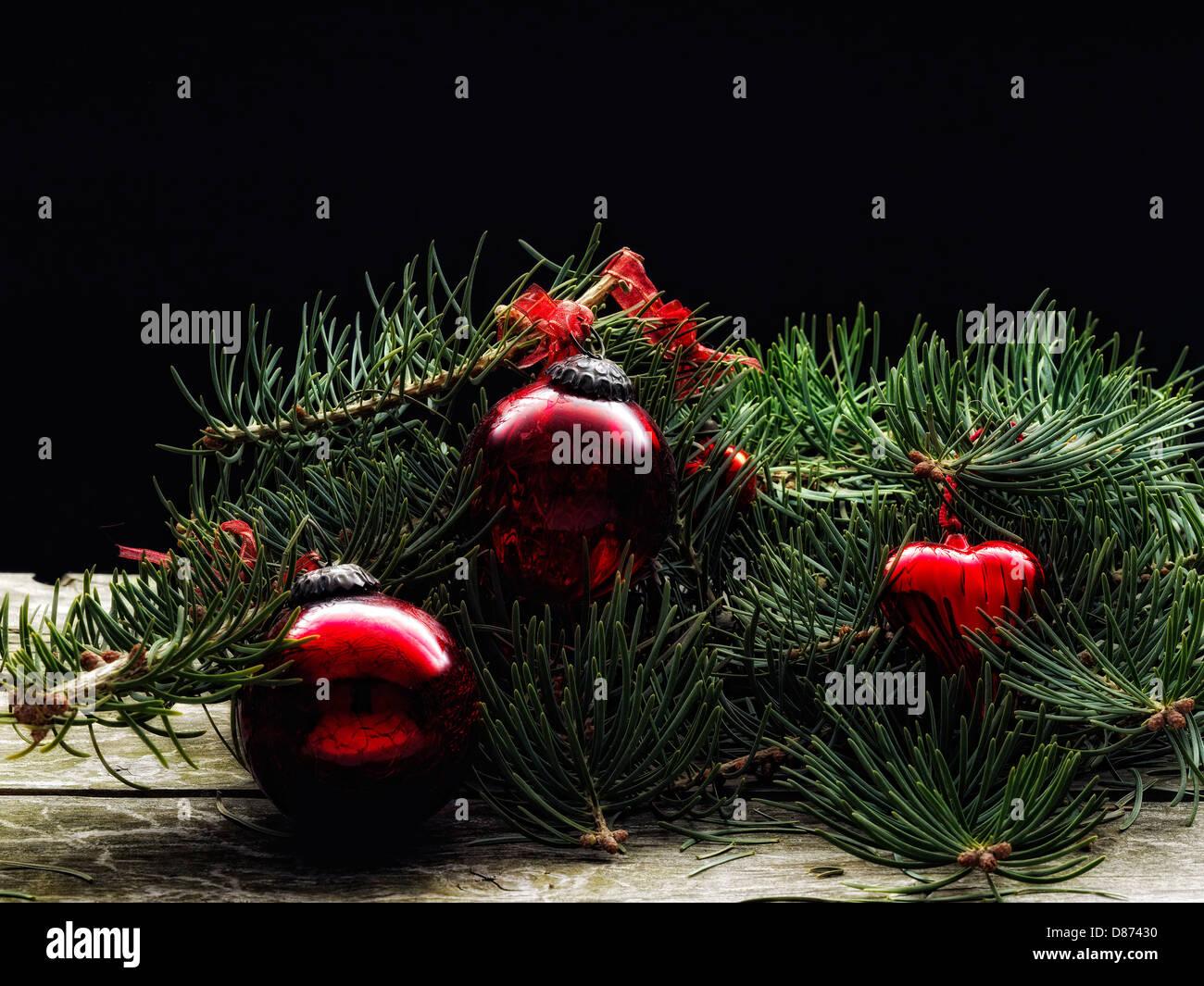 Nadelbaum-Verzweigung und Christbaumkugel für Weihnachtsdekoration ...