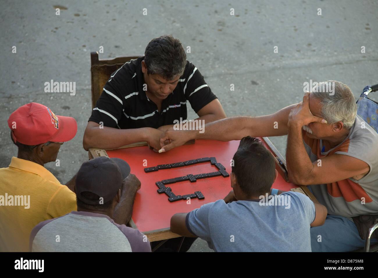 Domino mad Kubaner.  Alle Tag Freizeit Aktivitäten in Kuba. Spiel Nummer eins. Stockbild