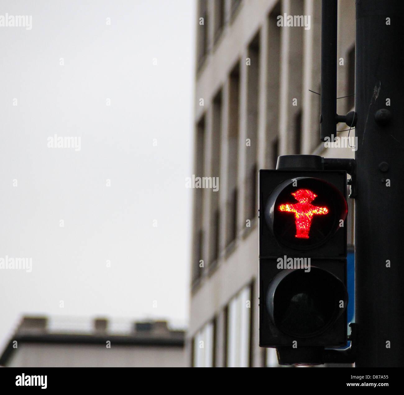 Fußgängerampel in Berlin, mit traditionellen roten Männlein Ampelmann, Symbol für alle Ampeln in Berlin Stockfoto