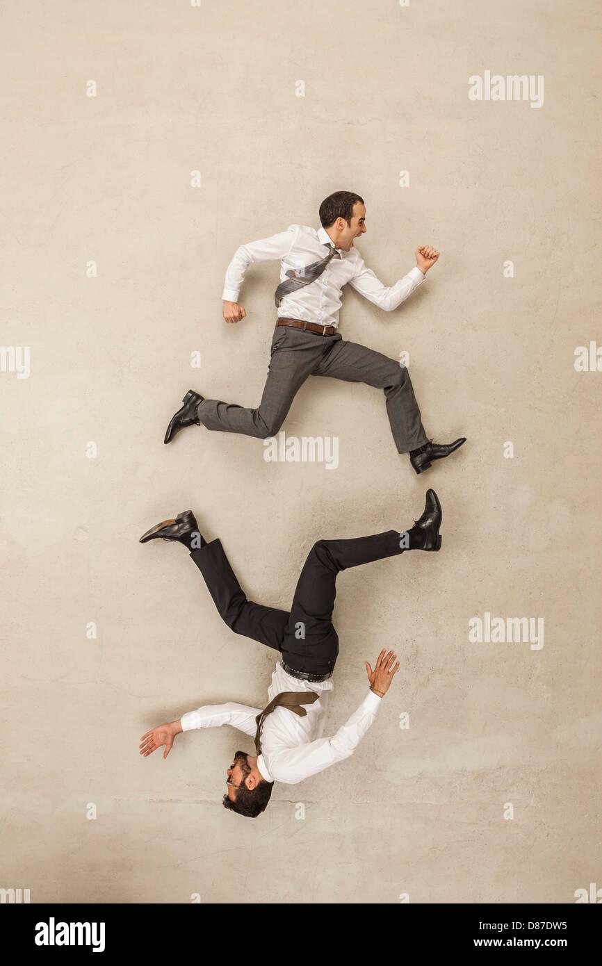 Geschäftsleute, die in entgegengesetzte Richtung jagen Stockbild