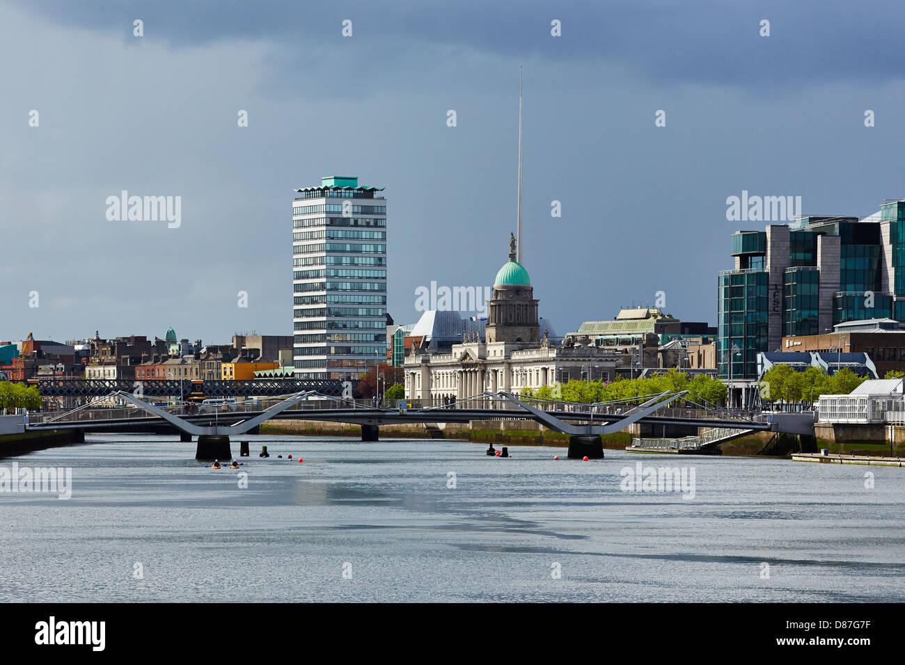 Der Fluss Liffey mit dem Custom House der Liberty Hall Gebäude und die Nadel als Wahrzeichen der Skyline von Stockbild