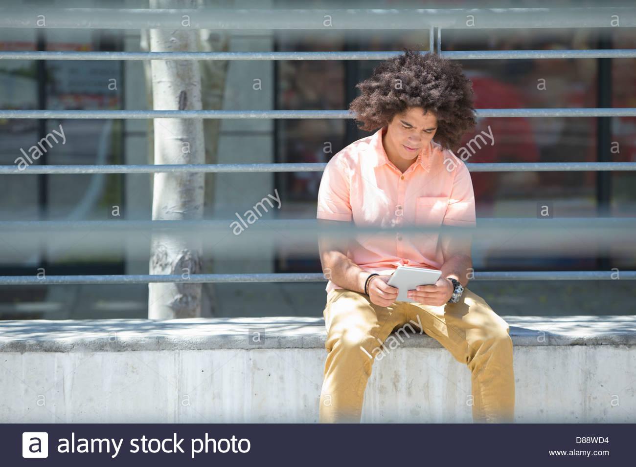 Junger Mann mit digital-Tablette in Stadt Stockbild