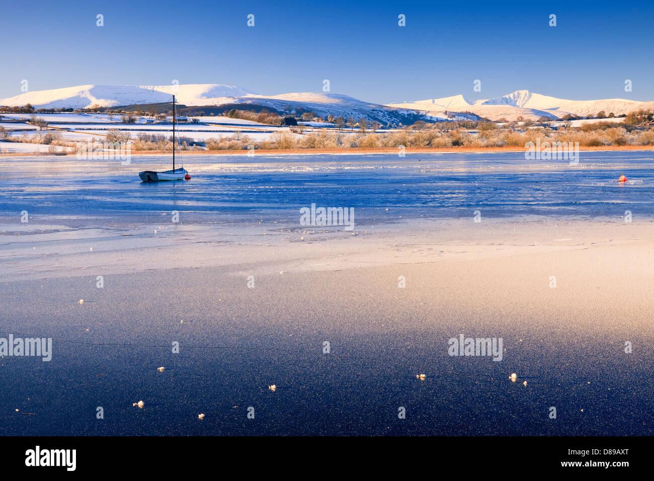 Llangorse Lake Brecon Beacons Powys Wales im Winter mit Pen y Fan & Mais Du Berge Stockbild