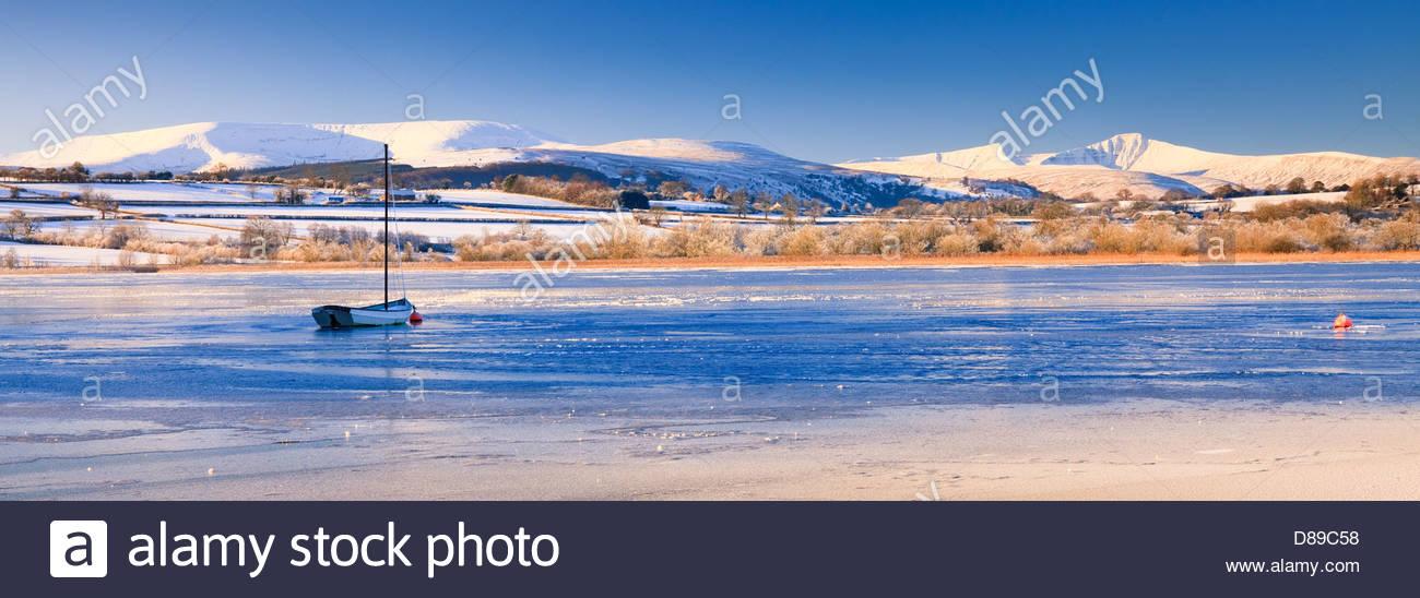 Llangorse Lake Wales Brecon Beacons powys im Winter mit Pen y Fan & Mais du Berge Stockbild