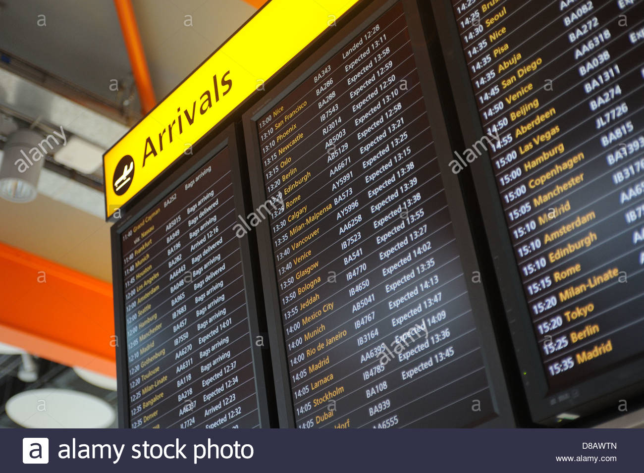Heathrow UK Ankünfte Board in Terminal 5. Stockbild