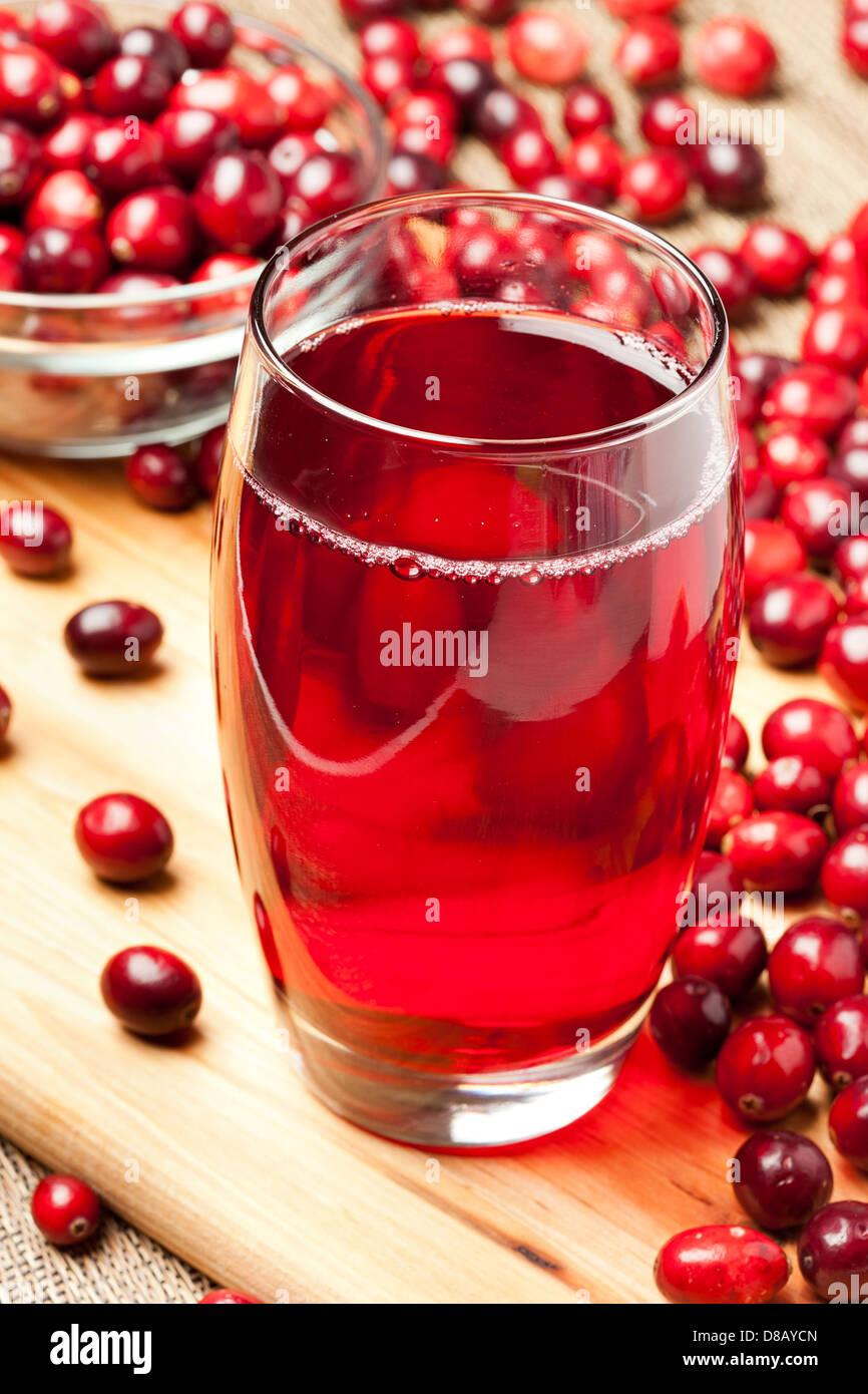 Frische Bio Cranberry-Saft vor dem Hintergrund Stockbild