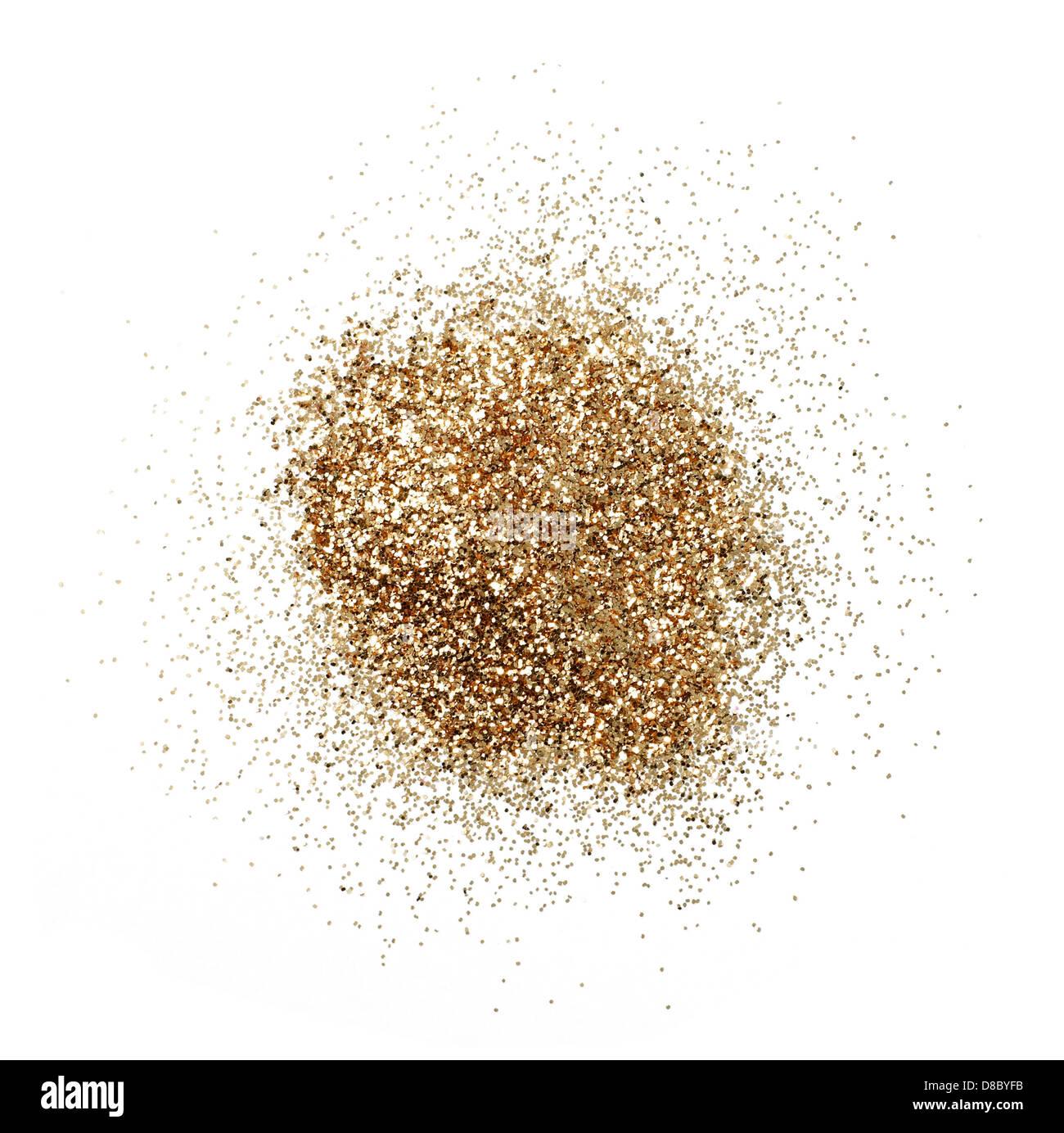 Haufen von gold-Glitter auf einem weißen Hintergrund ausschneiden Stockbild