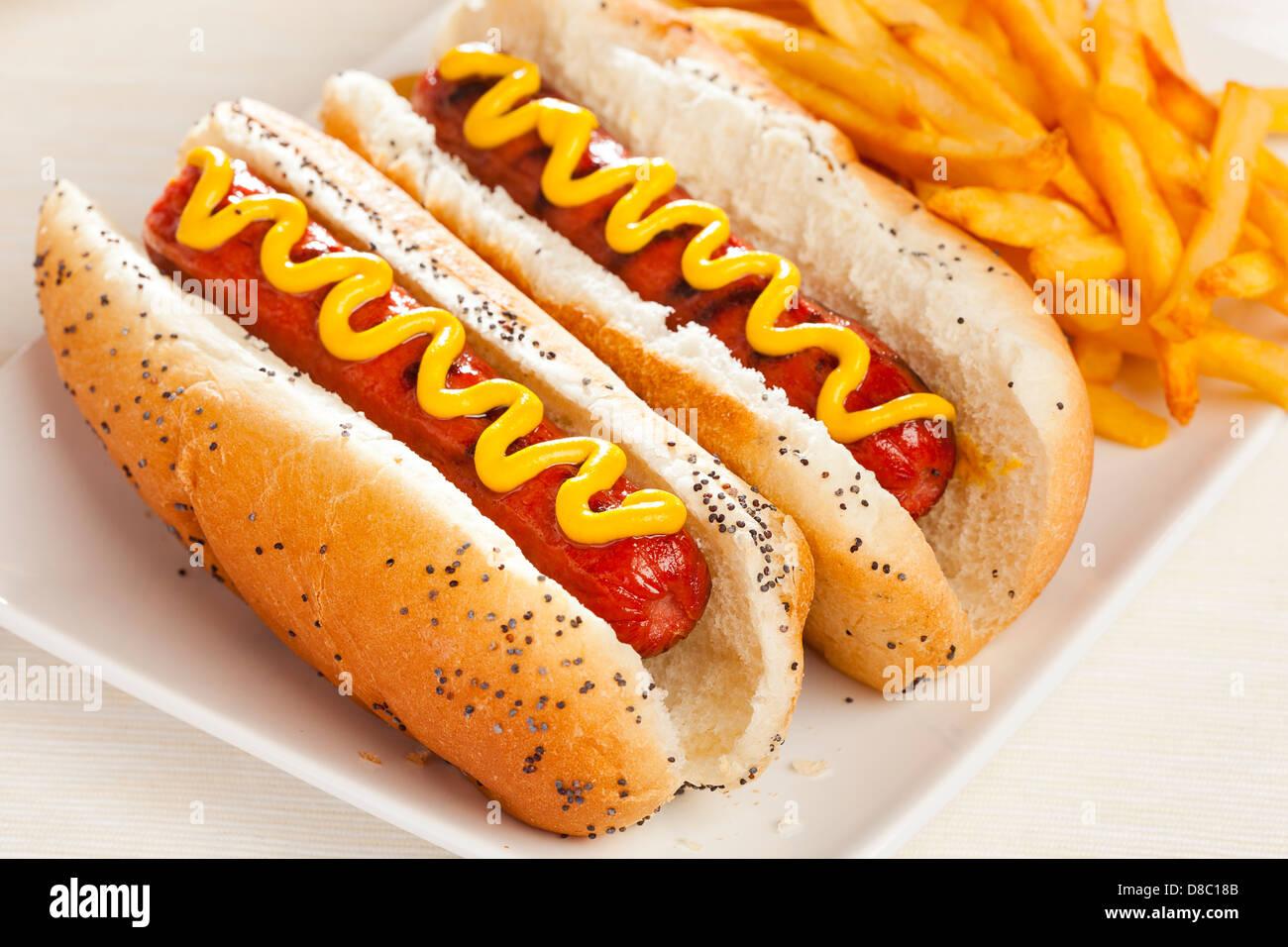 Bio alle Rindfleisch-Hotdog auf einem Brötchen mit Senf Stockbild