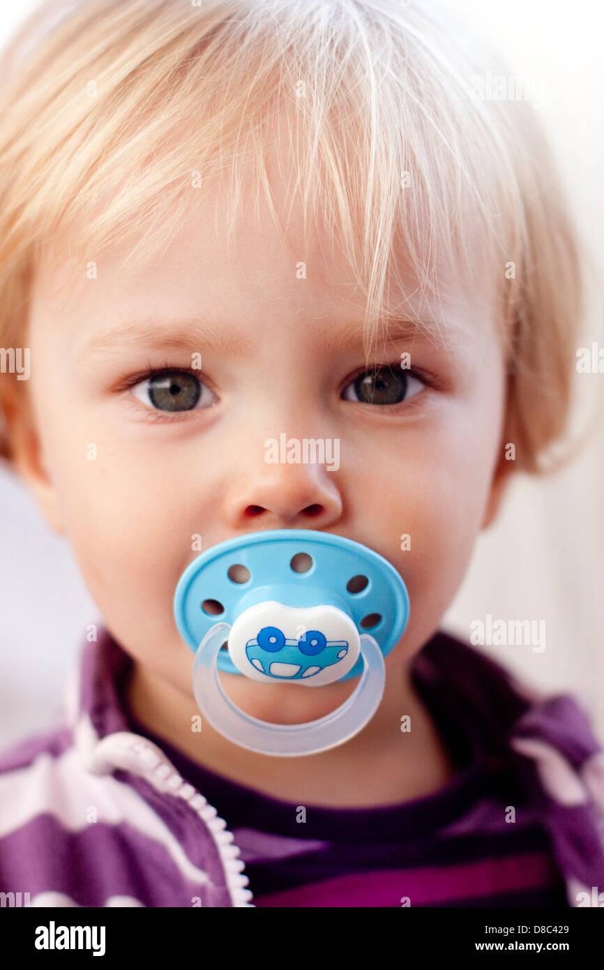 Kleinkind mit Schnuller Stockbild
