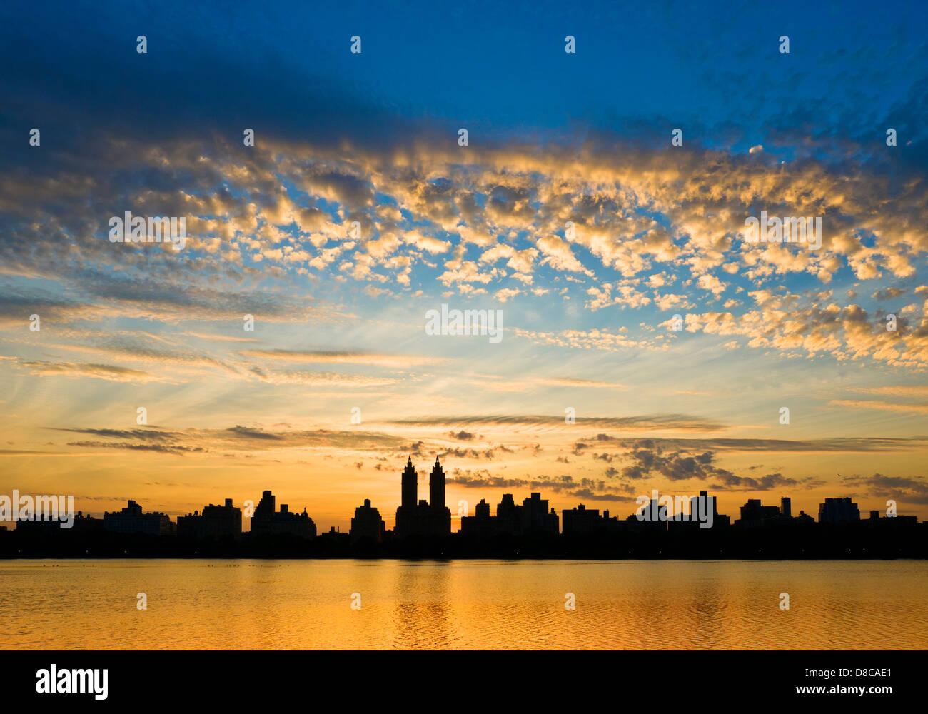 Silhouette Skyline von Central Park West und El Dorado Mehrfamilienhaus, Reservoir, Central Park, Manhattan, New Stockbild