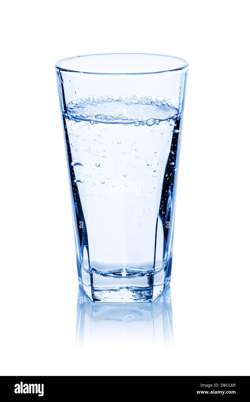 Glas Wasser, frisch gegossen mit Luftblasen, isoliert auf weiss, Schneidepfad vorgesehen, Blauton. Stockbild