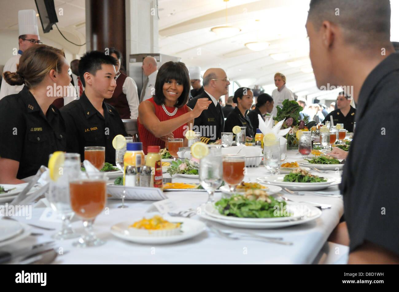 UNS die First Lady Michelle Obama Mittagessen mit Midshipmen im King Hall an der US Naval Academy 17. April 2013 Stockbild