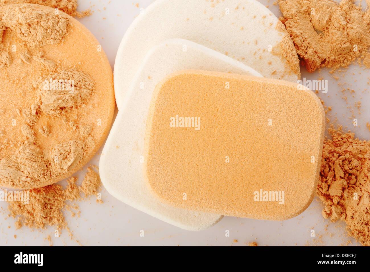 Pulver und kosmetische Schwämme Stockbild