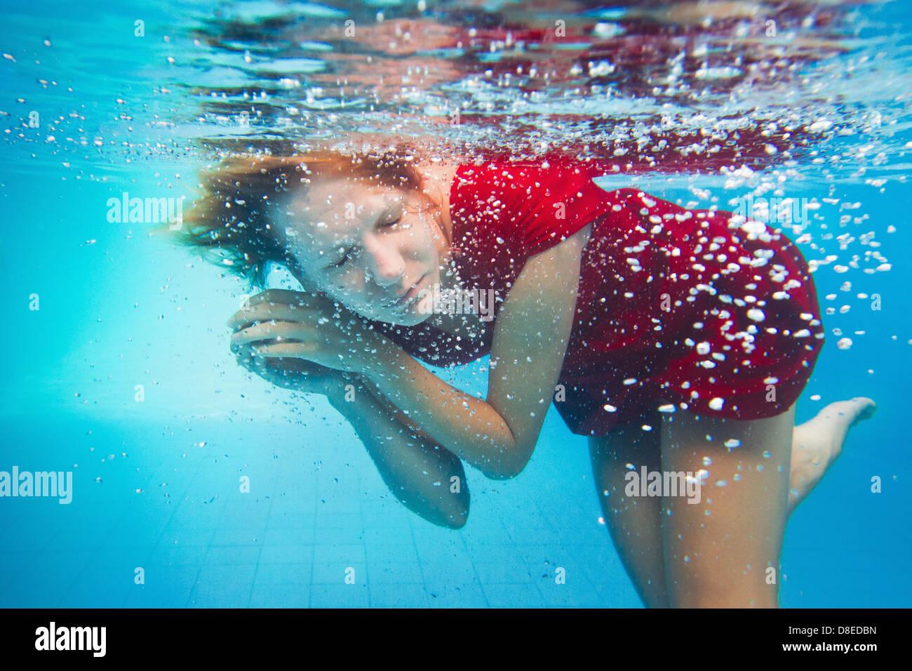 Phantasie, Unterwasser Portrait Frau im roten Kleid Stockbild