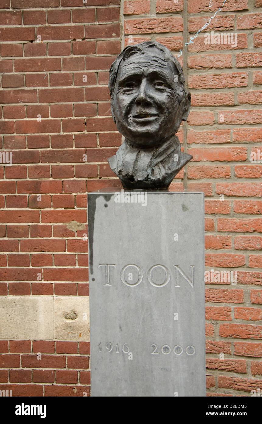 Statue des renommierten niederländischen Komiker, Sänger und Schriftsteller, Toon Hermans in Sittard, Stockbild