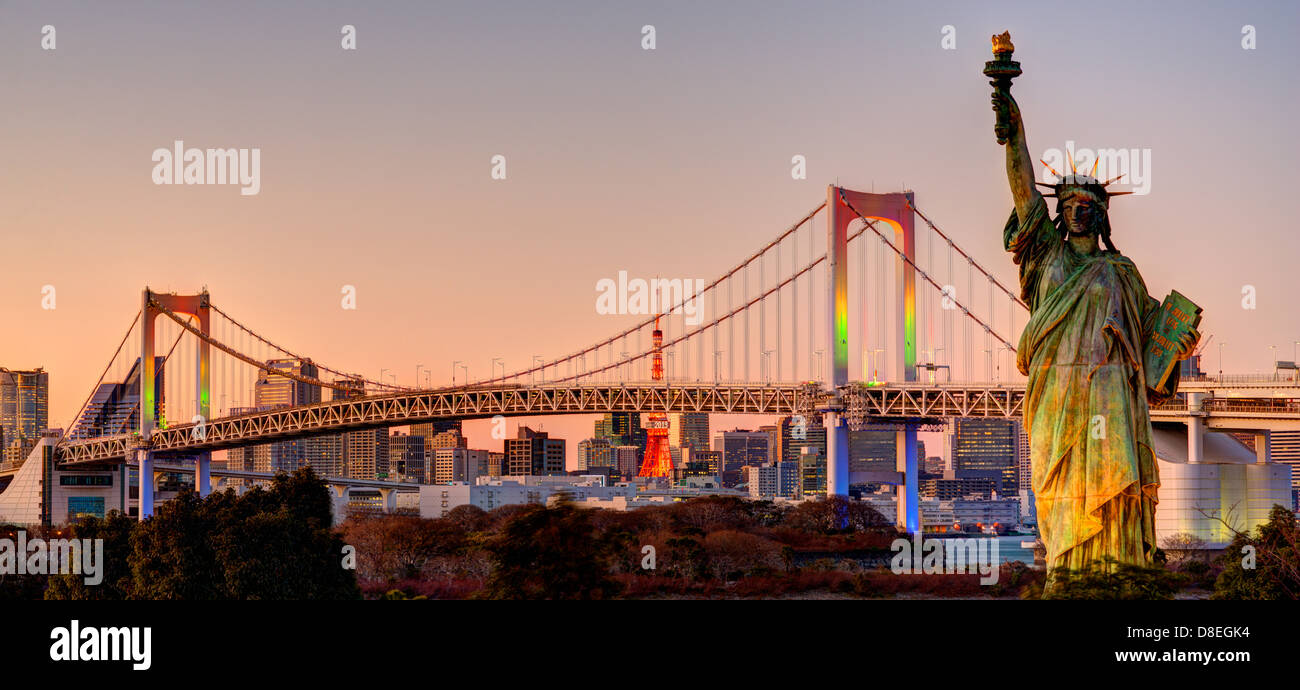 Freiheitsstatue, Regenbogenbrücke, und Tokyo Tower von Odaiba in Tokio gesehen. Stockfoto