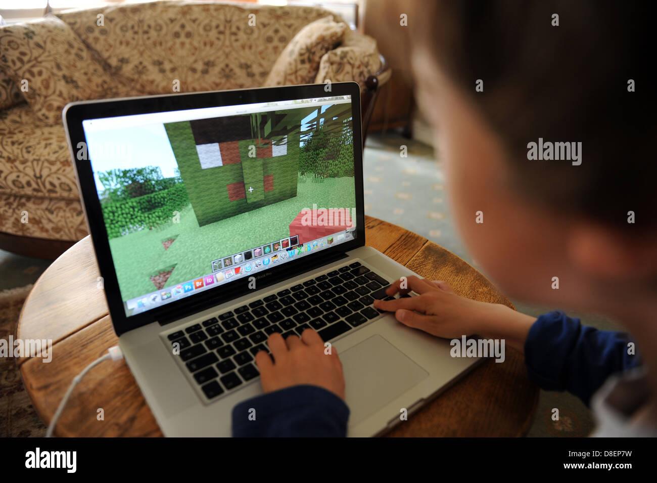 Buchen Sie Jahre Alter Junge Auf Minecraft Spielen Auf Einem Apple - Minecraft notebook spielen