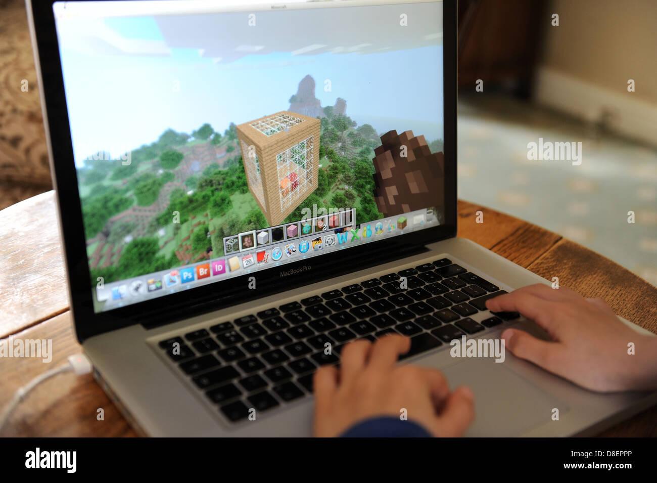 Ein Jahre Alter Junge Spielen Minecraft Auf Seinem Computer Apple - Minecraft notebook spielen