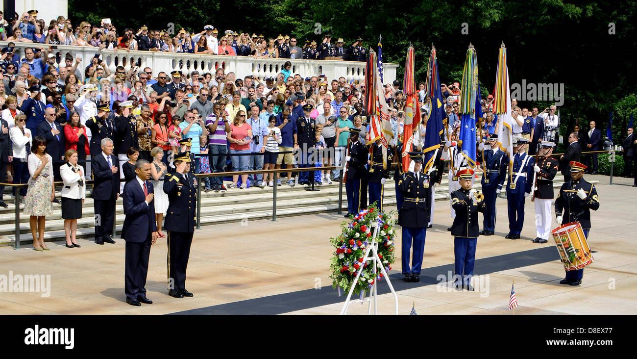 US-Präsident Barack Obama steht stramm während des Abspielens der Wasserhähne an der Memorial Day Stockbild