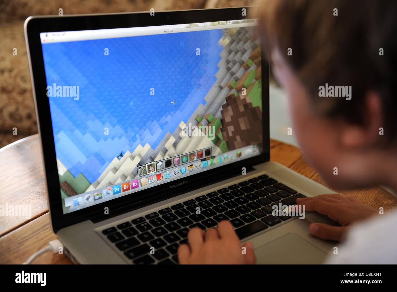 Ein Jahre Alter Junge Spielen Minecraft Auf Seinem Computer Apple - Minecraft computer spielen