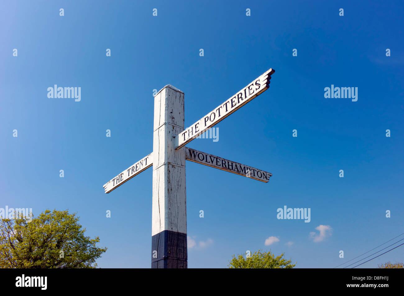 Finger-Post an der Kreuzung der Trent und Mersey mit Personal und Einbindung Kanäle am Great Haywood, blauen Stockbild