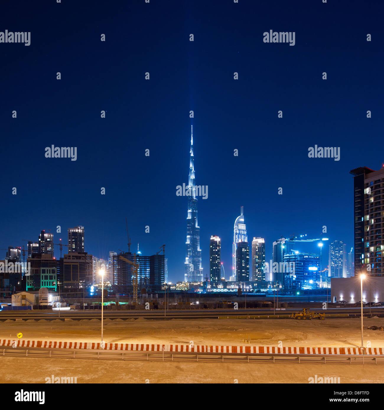 Business Bay und Burj Khalifa in der Nacht, Downtown Dubai, Vereinigte Arabische Emirate Stockfoto