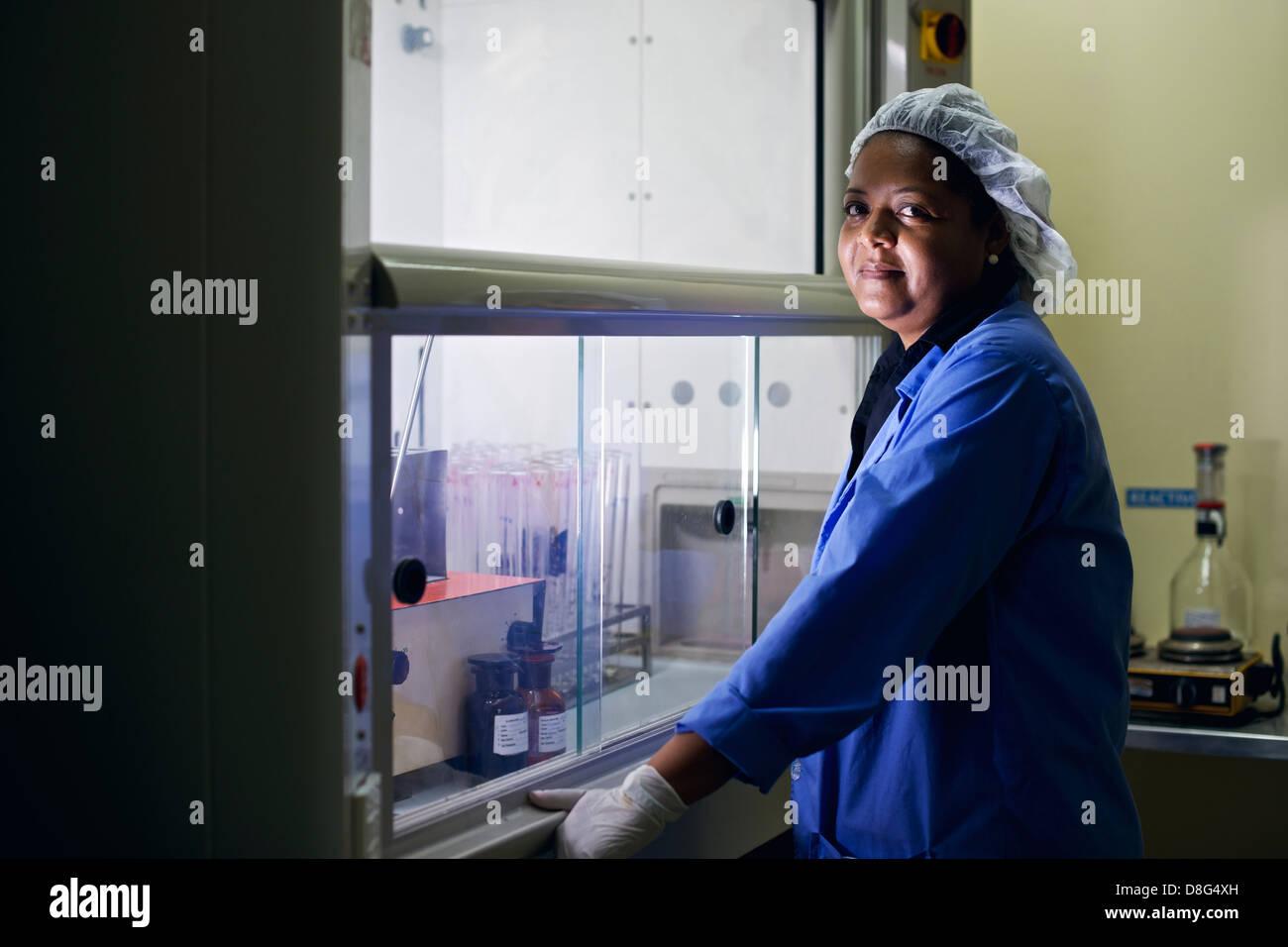 Medizinischen Zentrum und industrielle Forschungseinrichtung, Frau Reinigung Reagenzgläser im Labor Stockbild